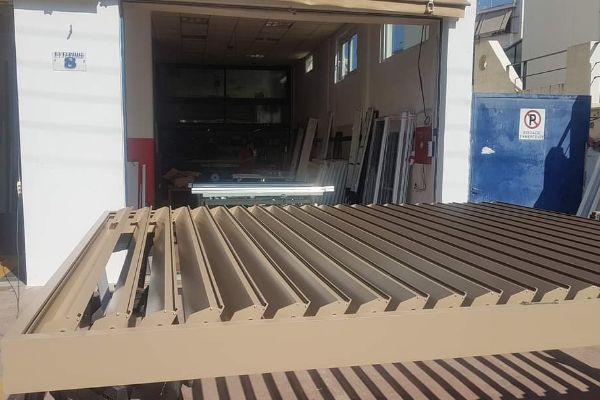 Βιοκλιματική πέργκολα αλουμινίου Exalco S.A.,ανοιγόμενη 120°και κίνηση με ηλεκτρικό μοτέρ, σε χρώμα 1019 mat